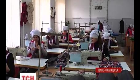 Дівчата в Івано-Франківську шиють спальні мішки для бійців