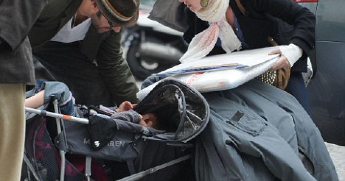 Саша Барон Коен и Айва упустили детскую коляску с Оливией @ Daily Mail