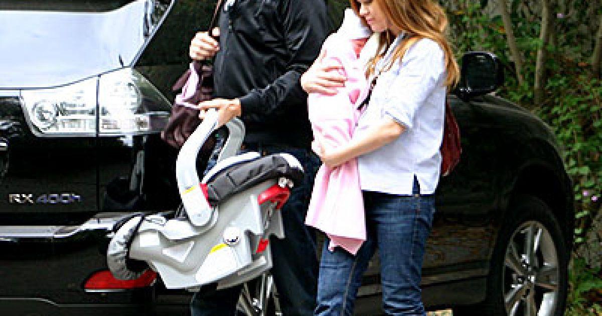 Саша Барон, Айва Фишер и маленькая Оливия @ Daily Mail
