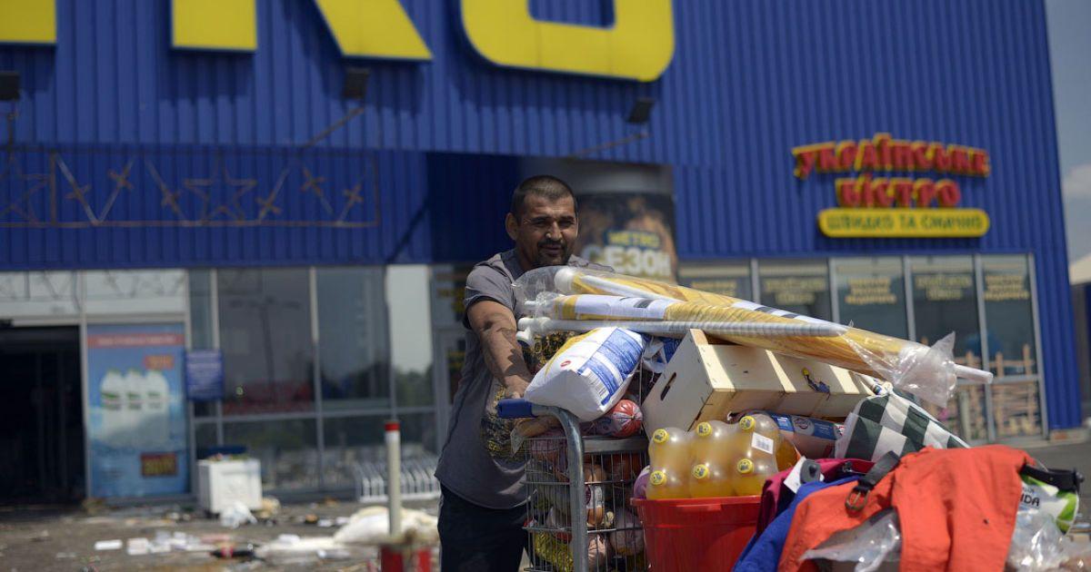 """Мужчина везет на тележке награбленные в донецком """"Метро"""" товары @ twitter.com/SergeyPonomarev"""