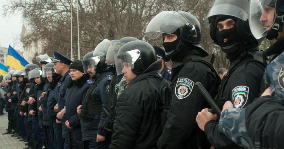 Сепаратистов окружили и забросали яйцами @ УНІАН