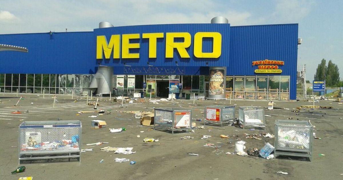 """Возле """"Метро"""" разбросано немало товаров @ twitter.com/SergeyPonomarev"""
