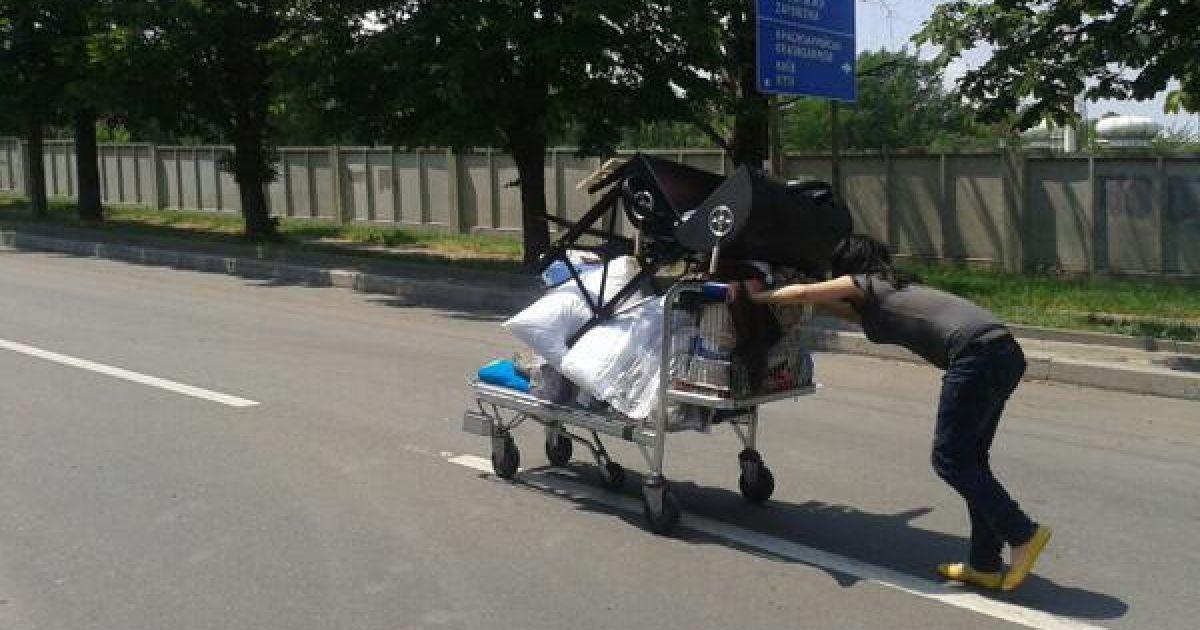 """Женщина везет на тележке награбленные в донецком """"Метро"""" товары @ twitter.com/SergeyPonomarev"""