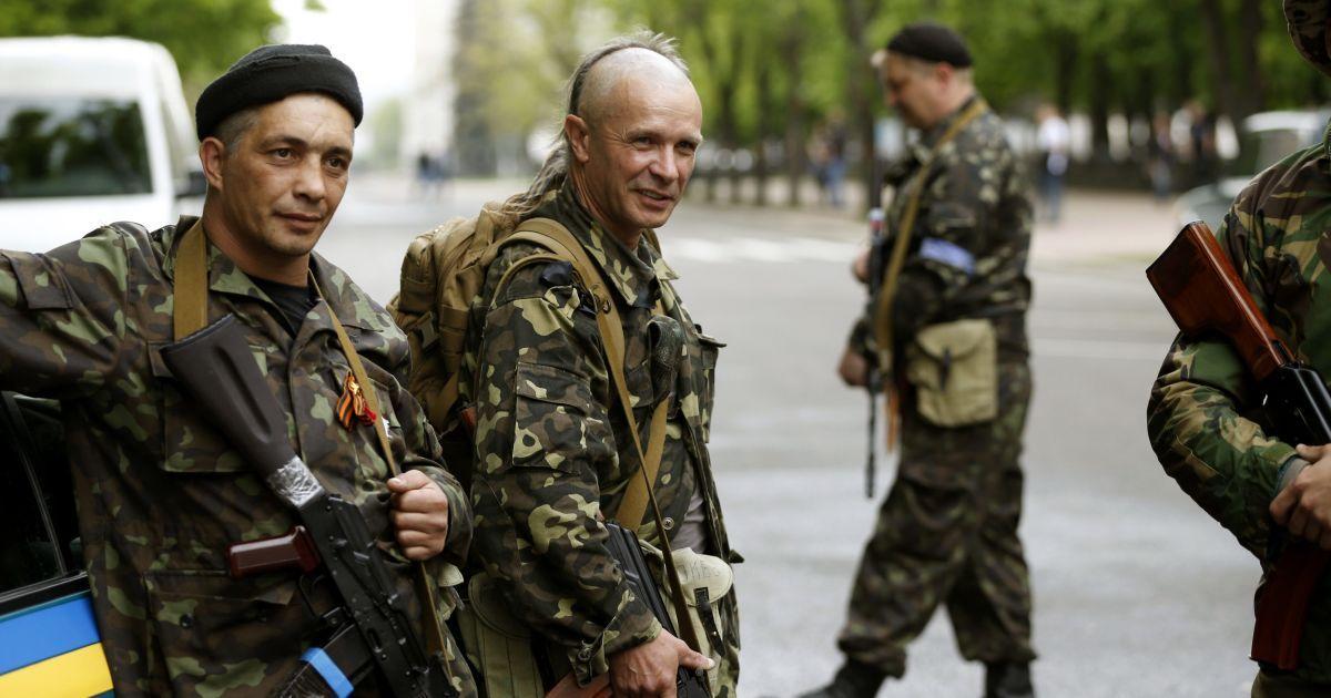 Вооруженные до зубов террористы окружили базу внутренних войск в Луганске -  Фото - TCH.ua 7f314df0305