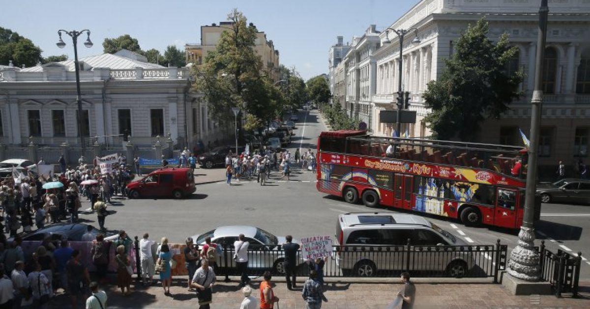 Натовп заблокував нардепів у будвлі @ УНІАН