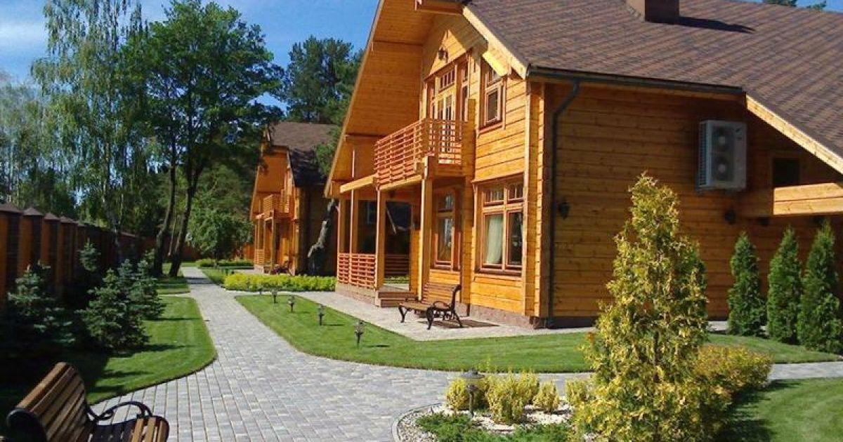 Котеджне містечко із шести дерев'яних будинків на Волині, яке ніби належить комуністам Симоненка та Калетнику @ Фото Григорій Жигалов