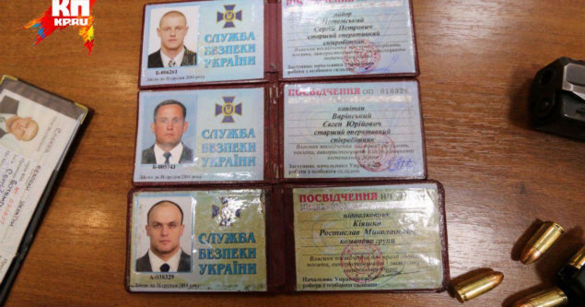 Терористи показали посвідчення, нібито знайдені у захоплених співробітників СБУ @ Комсомольская правда