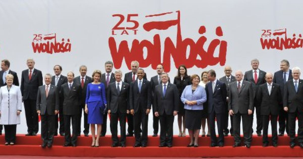 У Варшаві світові лідери позують для спільного фото. Порошенко стоїть у центрі недалеко від Обами @ УНІАН
