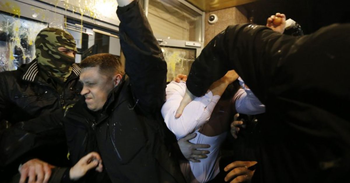 Олега Царьова закидали яйцями та змусили пройти коридором ганьби @ УНІАН