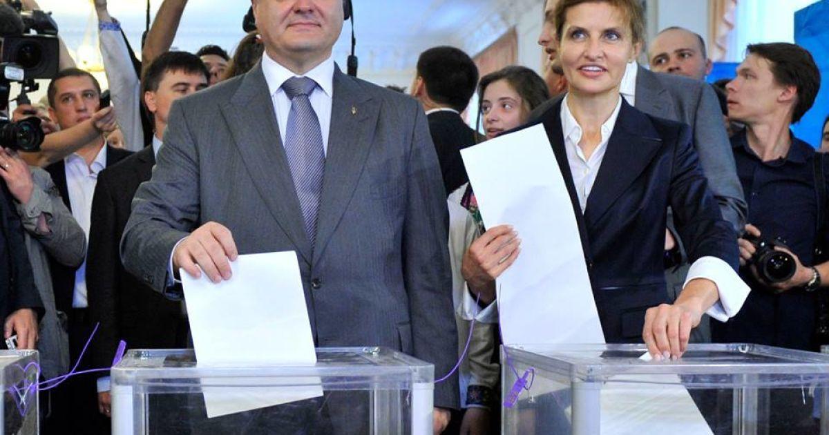 Марина та Петро Порошенки голосують на виборах президента. @ facebook.com/petroporoshenko