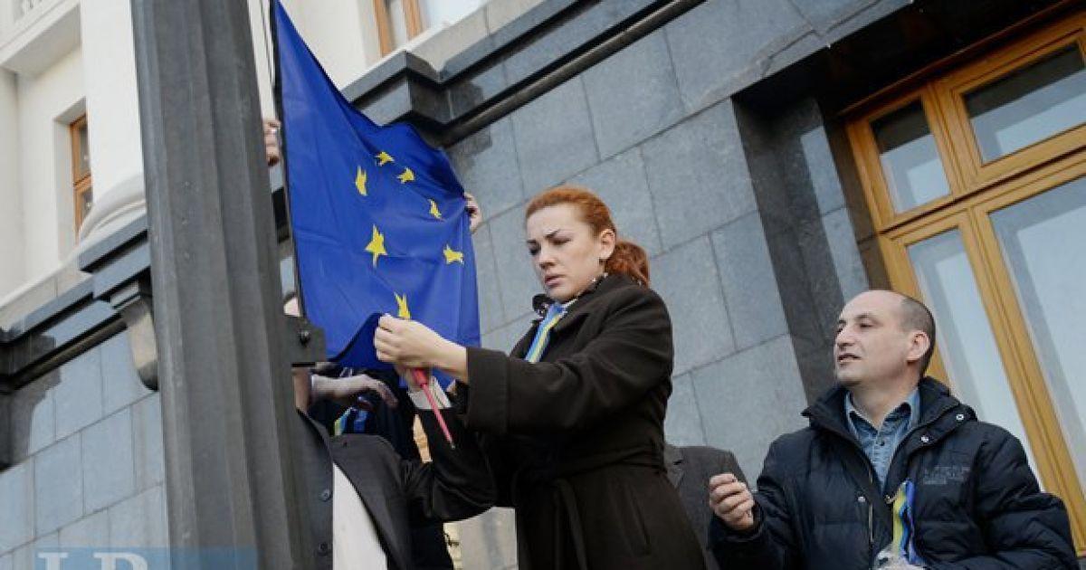 Возле АП в Киеве уже развевается флаг Евросоюза @ LB.ua /Макс Левин