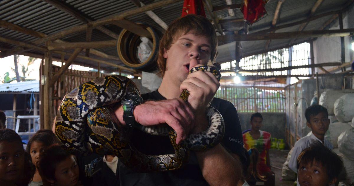 Дмитрий Комаров научился шить кошельки из змеиной кожи @ 1+1