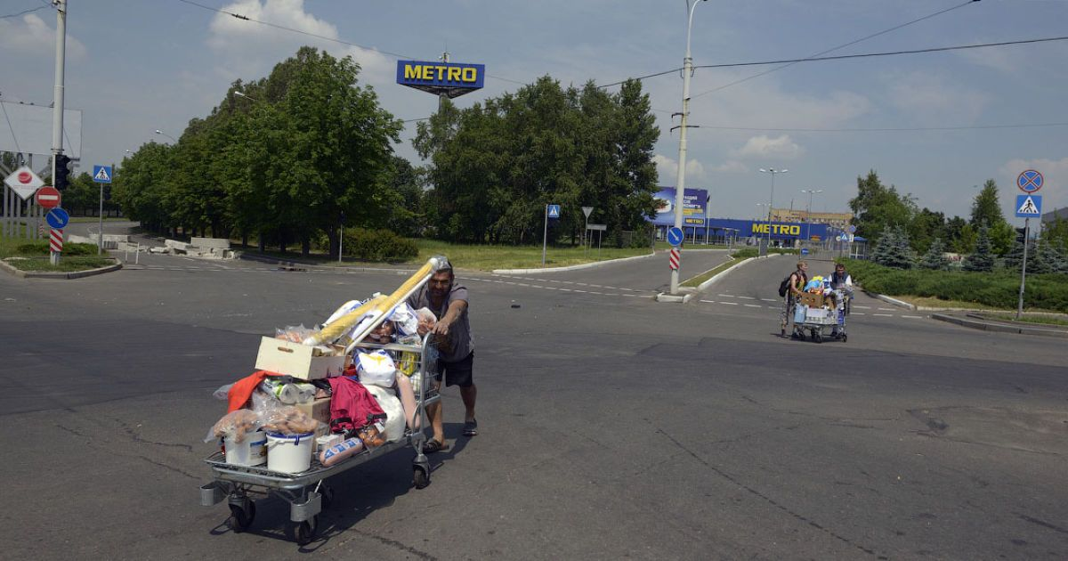 """Люди везут на тележках награбленные в донецком """"Метро"""" товары @ twitter.com/SergeyPonomarev"""