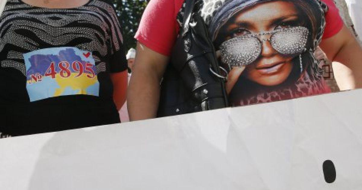 Натовп заблокував нардепів у будівлі @ gbgalsgallery.com