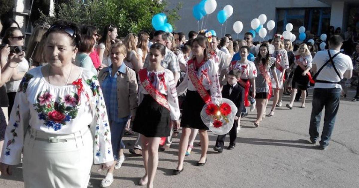 На свято останнього дзвоника випускники гімназії у Севастополі в окупованому Криму прийшли у вишиванках @ youtube.com