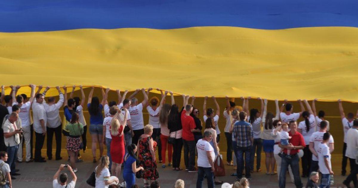 Прапор 40 на 60 метрів прикрасив головну площу Черкас @ gbgalsgallery.com