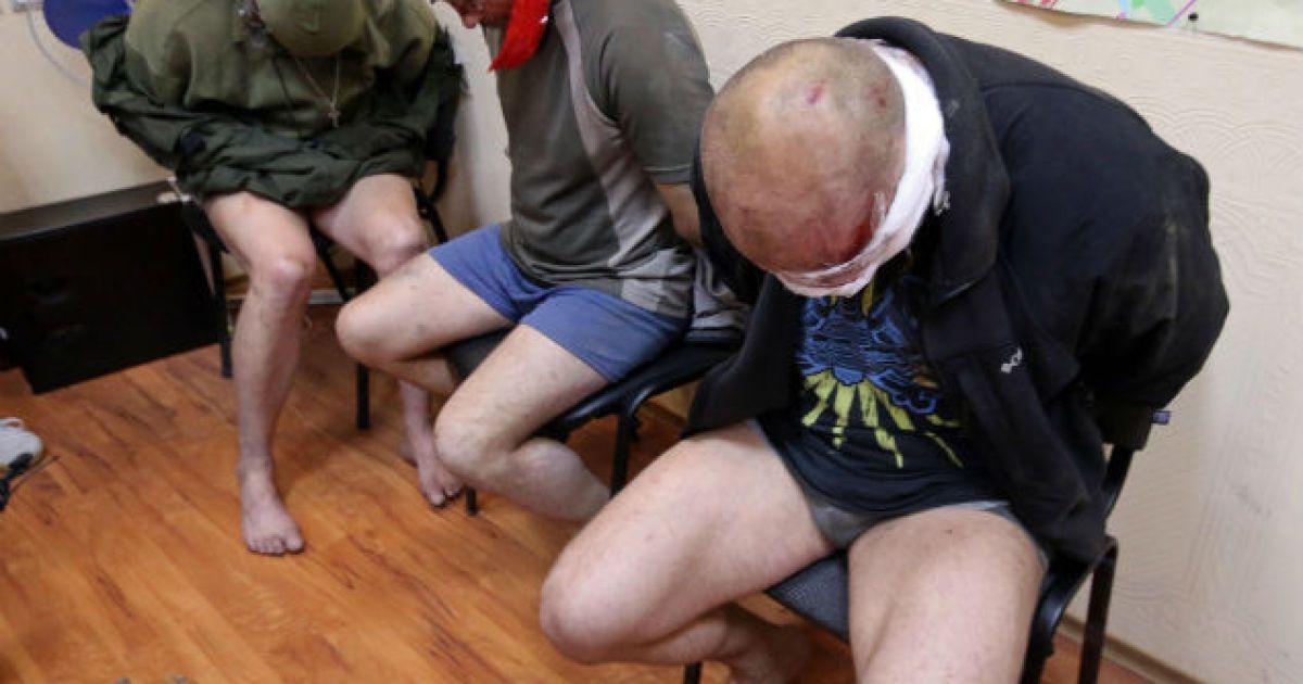 Трьох закривавлених чоловіків без штанів змусили відповідати на питання російських ЗМІ @ Комсомольская правда