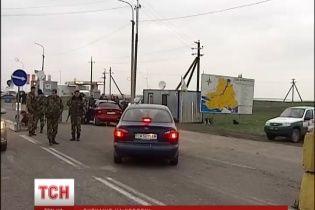 """На виїзді з Криму """"Беркут"""" знущався над військовими та рився в їхніх речах - очевидці"""