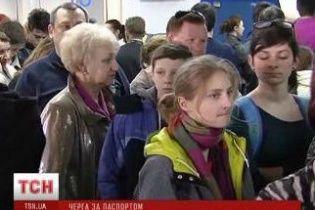 Очереди за загранпаспортами занимают с ночи: кто на отдых, кто на случай эвакуации