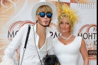 """Волочкова з дочкою і Полякова з """"конем"""" у вишуканих капелюхах завітали на скачки"""