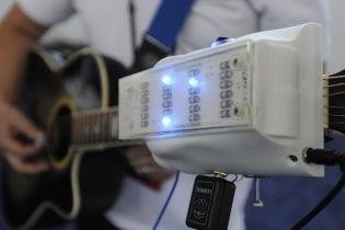 Ученые создали специальное устройство, которое поможет виртуозно играть на гитаре