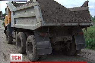 На Киевщине неизвестные воровали чернозем, фасовали в пакетики и продавали за границу