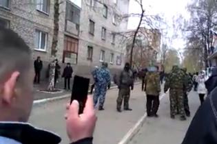 Сепаратисты в Славянске вывесили над захваченным отделом милиции триколор