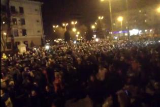 Появилось видео, как тысячи запорожцев проводят сепаратистов коридором позора в УБОП