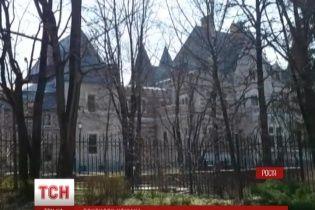 Янукович якобы спешно продает дом на Рублевке в межигорском стиле