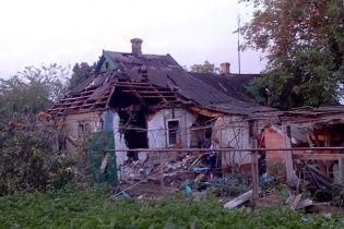 Боевики ночью обстреляли мирные кварталы Амвросиевки: фото и видео разрушений