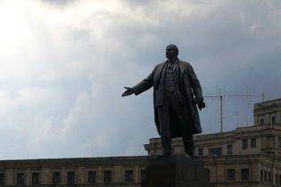 Ленінопад триває: пам'ятник вождю впав у Гуляйполі