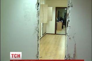 В Киеве вооруженные топорами и ножами неизвестные устроили погром в здании Госархстройинспекции
