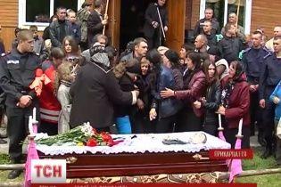 На Прикарпатье с убитым в Мариуполе солдатом Нацгвардии прощались со свадебным деревом и трембитами