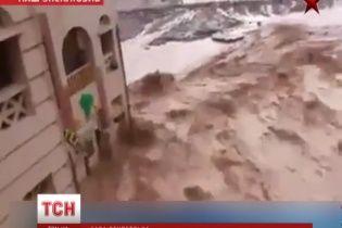 Мощное наводнение в Египте едва не смыло туристов в море