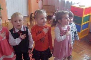 В інтернеті стає хітовим відео, як дітлахи в садочку співають гімн України