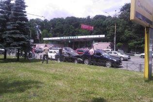 """В Киеве возле зоопарка """"Фольксваген"""" на бешеной скорости разбил припаркованные авто"""
