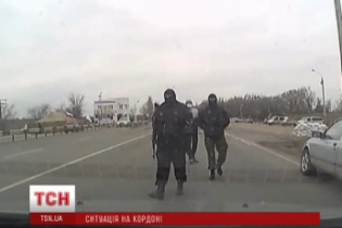 Вооруженные пограничники-самозванцы на выезде из Крыма грабят людей