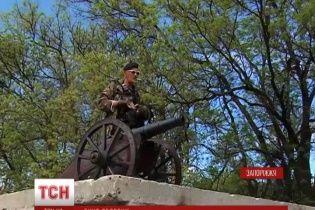 В Запорожье на блокпостах появились старинные казацкие пушки, которые и до сих пор метко стреляют
