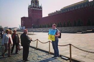 В Москве россиянин пикетировал возле Кремля с флагом Украины