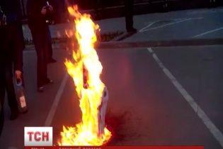 """Кияни спалили """"закривавлене"""" опудало Путіна, наспівуючи фанатський інтернет-хіт"""