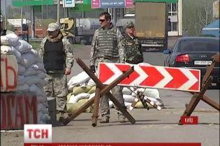 На въездах в Киев установили народные блокпосты с шинами, военной техникой и охотниками