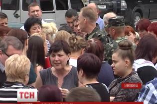 """В Черновцах родные десантников в панике ожидают """"груз 200"""" из города Счастье"""