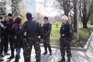 В Луганске вооруженные боевики в камуфляже похитили директора школы