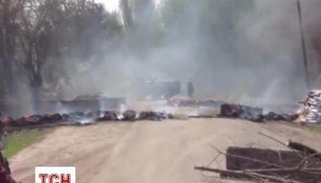 Украинские военные охраняют три блокпоста, которые возвели сепаратисты в Славянске
