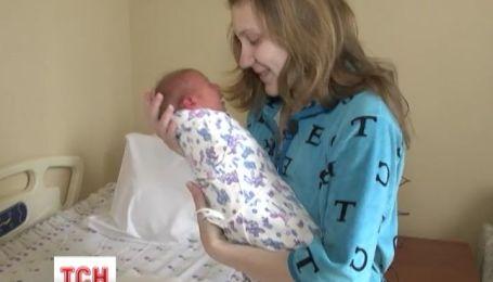 Українські лікарі врятували 17-річну вагітну дівчину із немовлям