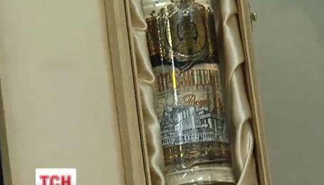 В Межигорье показали спиртные трофеи Януковича, которые никто не видел
