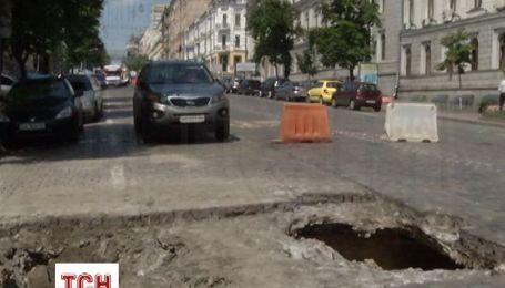 В самом центре Киева из-за дождей образовалась огромная яма