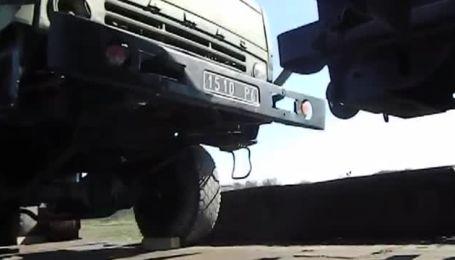 Российские солдаты ломают украинскую технику перед передачей на материк