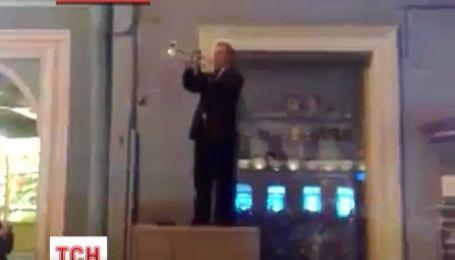 Россиянин в центре Санкт-Петербурга сыграл гимн Украины