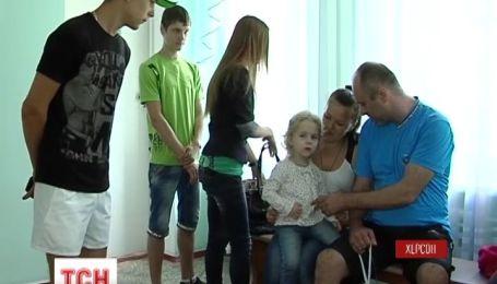 Четверо дітей благають Вас допомогти врятувати батька
